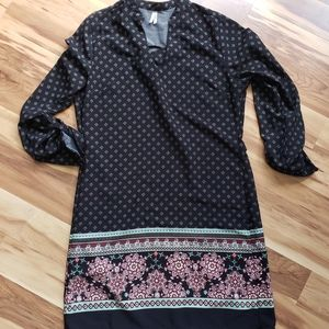 Vanity print black shift dress w tab sleeve